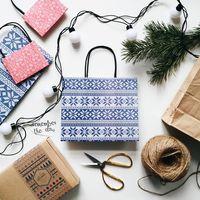 """Пакет бумажный подарочный """"Бело-синий узор"""" (24x20x10 см)"""
